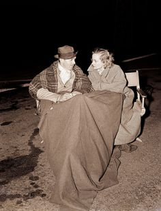 PHOTO OF THE DAY A rare behind the scenes shot of Hollywood legends' Clark Gable and Carole Lombard chatting in a cold parking lot, in Los Angeles, during night shooting for Too Hot to Handle, circa Hollywood Couples, Hollywood Actor, Golden Age Of Hollywood, Vintage Hollywood, Hollywood Stars, Classic Hollywood, Hollywood Glamour, Hollywood Actresses, It's All Happening