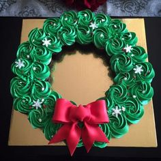 Neat work with the Frosting Christmas Deserts, Holiday Cakes, Christmas Goodies, Christmas Candy, Christmas Cupcake Cake, Cupcake Wreath, Christmas Sugar Cookies, Christmas Cupcakes Decoration, Christmas Drinks Alcohol