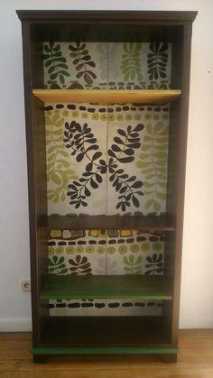 L. Grao. Estantería con baldas de diferentes maderas teñidas y con trasera pintada  80 €