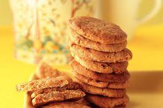 Pas op: het is héél moeilijk om deze zoete koekjes alleen bij de thee te eten.- Recept - Allerhande No Bake Cookies, No Bake Cake, Biscuits, Healthy Sweet Snacks, Good Food, Yummy Food, Ginger Snaps, How To Make Cookies, Dessert Recipes