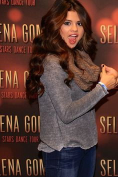Hair color: yes! Estilo Selena Gomez, Selena Gomez Outfits, Selena Gomez Style, Selena Selena, Top Celebrities, Celebs, Marie Gomez, Brunette Girl, Best Actress