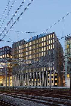 Everything began with the arcade. The master plan specified that all the new buildings in the Oosterdokseiland development area near Amsterdam Central Station were to include such a semi-public zone. This naturally involves a loss of floor space but, i...