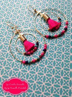 créoles doubles anneaux dorées avec pompons fuchsia et petites perles contrastantes Belles créoles (doubles anneaux) décorées de petits pompons fuchsia et de jolies perles - 7122675