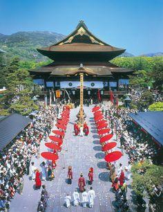 Zenko-ji temple, Nagano 善光寺 Architecture Concept Drawings, Sacred Architecture, Religious Architecture, Japanese Shrine, Japanese Art, Dojo, Geisha, Matsuri Festival, Monte Fuji
