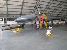 oto: Kfir TC-12 biplaza de la FAC junto a dos bombas de guía láser , tanto la Israelí Griffin LGB (Izquierda) y una GBU-12 Paveway II de fabricación estadounidense (Derecha).