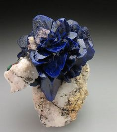 L'azurite est une espèce minérale de couleur bleue composée de carbonate de cuivre