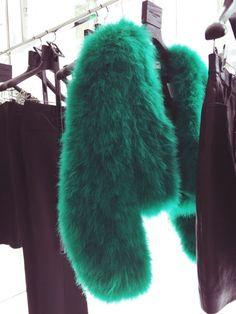 Emerald Green fur jacket Wedding Day Weddings Planner Plan Planning Your Big Day Fur Fashion, Look Fashion, Fashion Mode, Classic Fashion, Petite Fashion, High Fashion, Green Fur, Estilo Hippie, Looks Style