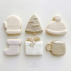 Winter and festive holiday mini cookies assortment in white and drab gray colors Christmas Sugar Cookies, Christmas Sweets, Christmas Goodies, Holiday Cookies, Holiday Treats, Christmas Baking, Christmas Recipes, Christmas Brunch, Christmas Colors