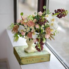 "5 aprecieri, 1 comentarii - Florarie cu gust (@florarie_cu_gust) pe Instagram: ""I am in love with these colors. #tableflowerarrangement #orhid #carnation #parrottulips #softpink…"""