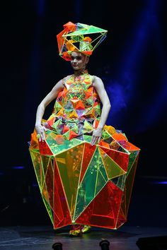 Fashion Show Ideas Events Haute Couture Ideas Origami Fashion, 3d Fashion, Weird Fashion, Fashion Show, Fashion Design, Fashion Details, World Of Wearable Art, Renaissance Kunst, Geometric Fashion