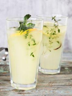 Do przygotowania podstawowej wersji domowej lemoniady potrzebujesz tylko cytryny, cukru i wody. Radzimy jednak modyfikować ten prosty przepis i tworzyć nowe wersje napoju. Jak to zrobić?
