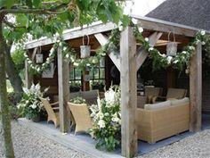 Onmisbaar in de klassieke tuin: een gezellige plek in de tuin, gemaakt van robuuste materialen.