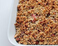 Opskrift på en super nem og lækker rabarbercrumble med smuldredej, mandler og vanilje. Rabercrumblen tager tager max 30 minutter at lave. Hurtigt og godt!