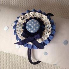Fabric Flower Brooch, Fabric Flowers, Diy Headband, Headbands, Felt Hair Accessories, Tulle Bows, Plastic Bottle Crafts, Hat Crafts, Diy Hat