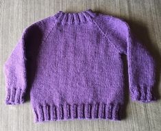 This Harry Potter Weasley Sweater is the perfect gift idea for kids or any Harry Potter fan! Knitted top down and in the round, which means no seams to sew! Free Baby Sweater Knitting Patterns, Beginner Knitting Patterns, Knit Baby Sweaters, Knitting For Kids, Knit Vest Pattern, Cat Sweaters, Knit Patterns, Toddler Sweater, Lana