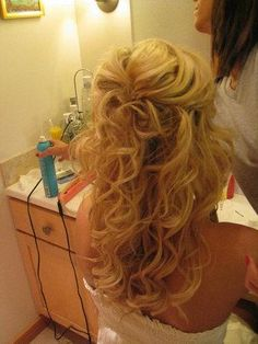 Half up hair. Can I do my hair like this? This is what I want my hair to look like! My Hairstyle, Pretty Hairstyles, Wedding Hairstyles, Hairstyle Ideas, Pageant Hairstyles, Perfect Hairstyle, Bridal Hairstyle, Homecoming Hairstyles, Bridal Hair