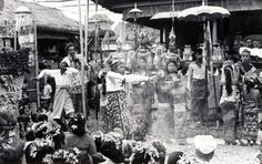 I am going to share some old Bali Photos. Vintage Pictures, Old Pictures, Old Photos, Temple Bali, Dutch East Indies, Bali Travel, Yearning, Balinese, Borneo