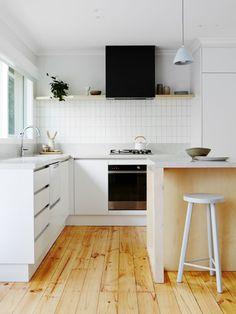 The home of Michelle and Nick Curran - The Design Files Family Kitchen, New Kitchen, Kitchen Dining, Kitchen Splashback Tiles, Best Kitchen Lighting, Hamptons Kitchen, 100 M2, Sweet Home, The Design Files