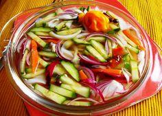 Surinaams Zuurgoed (tafelzuur met komkommer, witte- en rode uien en peper op azijn)