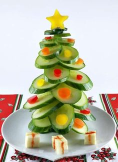 Here are over 100 Christmas tree shaped food ideas. These Christmas recipes include snacks, appetizer dinner & desserts.Check out these Christmas food ideas Healthy Christmas Treats, Veggie Christmas, Christmas Snacks, Kids Christmas, Christmas Activities, Grinch Party, Creative Food, Food Art, Kids Meals