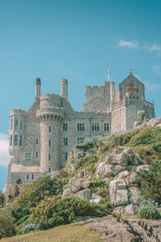 7 Manors And Best Castles In Cornwall To Visit - - Cornwall is a gorgeous area of England to explore. With its stunning coastline and the most beautiful places, there's a whole heap of things to keep you busy on your trip to the west country. Travel Photography Inspiration, Travel Inspiration, Food Photography, Landscape Photography, Travel Ideas, Cornwall England, Yorkshire England, Yorkshire Dales, Beautiful Castles
