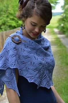 http://softrainbow.ch | Ravelry: Hug of the Forest pattern by Zsuzsa Kiss | big, feminin half circle lace shawl for the cold winter evenings. Is is knitted top-down, with three sections