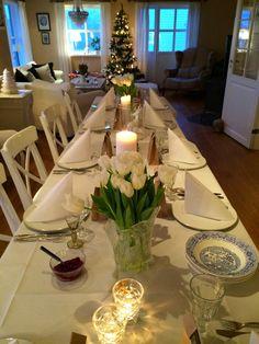 vánoční stůl s tulipány