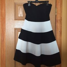 Black and white strapless sweetheart dress Only worn once, in great condition and very flattering. No zipper Dresses Strapless