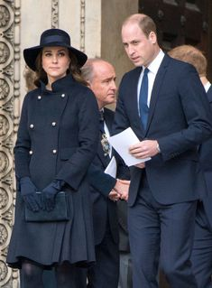Kate middleton usando abrigo azul de Carolina Herrera para un servicio en la iglesia.