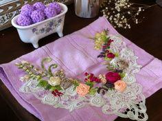 Delicada toalha para lavabo, 30 cm x 45cm, cor rosa bebê (ver nossa paleta de cores), 85% algodão, marca Dohler: Elegance, com bordados manuais em fita de cetim, cores: salmão, reme, café com leite, pink e marfim, com folhas bordadas em linha de crochê matizada em tons de verde.  Acabamento em re...