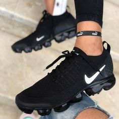 It's important to choose the correct women's sneakers when using them for different activities. Read more to learn how to choose the right women's sneakers. Moda Sneakers, Cute Sneakers, Casual Sneakers, Sneakers Fashion, Sneakers Nike, Casual Shoes, Black Sneakers, Sneakers Women, All Black Nike Shoes