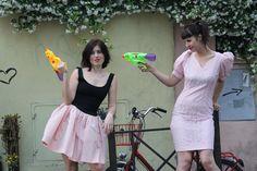 Jonida e Iva per INVASIONI BALCANICHE Ph Eva Won Dressing Mackie Messer