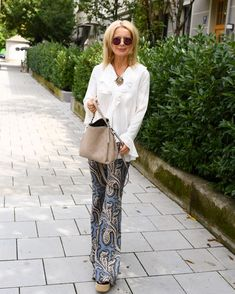 Urban boho Chic Style with paisley pants Fashion For Women Over 40, 50 Fashion, Plus Size Fashion, Fashion Outfits, Fashion Tips, Fashion Trends, Fashion Stores, 50 Style, Edgy Style