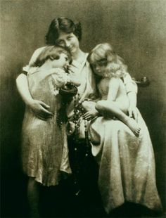 Dancer Isadora Duncan and her children Deirdre and Patrick. Both children tragically died in 1913 when the car they were travelling in rolled into the Seine river.