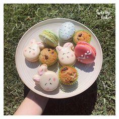 Quoi de mieux que des macarons en forme de lapin ou d'oeufs pour fêter Pâques !  Macarons oeufs : ananas Macarons lapin : noix de coco