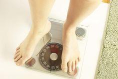 ¿Cómo afecta tu vida tener 10 libras de sobrepeso?. Perder 10 libras puede tener un enorme impacto en tu salud, de acuerdo con el cirujano torácico y personalidad de la televisión Dr. Mehmet Cengiz Oz. Tener sobrepeso aumenta tu riesgo de desarrollar diabetes, sufrir de cáncer y de hipertensión ...