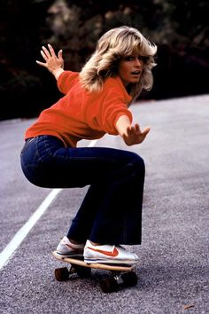 Farrah Fawcett (in denim flares and Nike classics on a skateboard) The Lady Loves Couture, Love Couture, Look 80s, Look Retro, 70s Outfits, Denim Outfits, Rave Outfits, Summer Outfits, Mode Disco