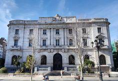 Banco de España en Santander.  Construido por los arquitectos Eloy Martínez del Valle y J. Yamaz Larrosa. Está  basado en la tipología del palacio renacentista italiano en donde destaca la zona noble a través del balcón central.