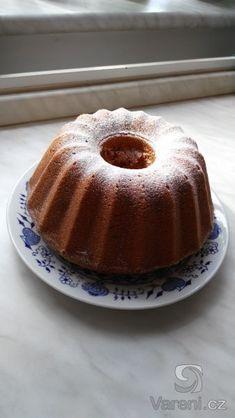 Banánová bábovka se smetanou a čokoládou Czech Recipes, Food Hacks, Food And Drink, Pudding, Treats, Sweet, Czech Food, Decor, Cake Shop