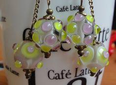 Ježkovice - naušnice Naušnice jsou vyrobené s krásných vinetek od Cat a bronzových komponent. Barvy vinutek jsou jemně zelená a jemně fialová. Délka naušnice je cca 7,5 cm. Součástí naušnic jsou silikonové zarážky. K naušnicím se krásně hodí náhrdelník Ramínko, který je vytvořen z vinutek stejných barev jako naušnice. Cena je za naušnice.