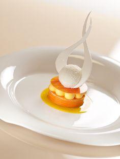 Quand Dalloyau revisite le Saint-Honoré, cela donne une superbe structure élancée et caramélisée. Boule Coco et sauce citron.