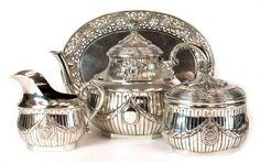 Teeservice, Hanau um 1900, 800er Silber, ca. 1860 g, 4-teilig, bestehend aus Teekanne,Sahnegießer, — Silber und Versilbertes