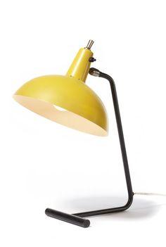 De Tafellamp No. 1501 (De Directeur) is gebaseerd op het originele en zeldzame type 6019 van J.J.M. Hoogervorst. De lamp is in verschillende standen te zetten. In deze tafellamp in moderne mid-century stijl is een combinatie van aluminium, messing & staal toegepast.