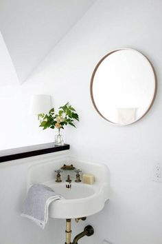 Whether it's renovations or just a touch of paint, it's time for a change in the bathroom and deco is important. Accessories, objects, small furniture, discover in eight ideas as it is simple for her to get a makeover! Decor, Powder Room Small, Corner Sink, Interior, Home, Round Mirror Bathroom, Bathroom Decor, Minimalist Home, Bathroom Inspiration