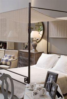 Showroom dormitorio de Becara  Cama Charles de hierro, Tela becara Dubbo Natural, Cómoda provenzal, Butaca Bergebere, Cojín Wetford, lámpara de base cuadrada y espejo. Todo de Becara.