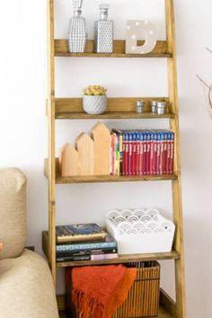 Avete bisogno di un posto per riporre i vostri oggetti però non avete lo spazio necessario per una libreria? Uno scaffale a scala fai da te su misura è la soluzione!  Gli scaffali a forma di scala, oltre che funzionali, sono una splendida soluzione per stanze e ambienti piccoli. Visualmente sono più leggeri di una libreria a parete, oltre ad avere un peso minore. Si può muovere e spostare senza problemi, posizionandolo nel luogo più adatto. Segui il tutorial per realizzarlo! Ladder Bookcase, Scale, Shelves, Tutorial, Home Decor, Shape, Die Cutting, Weighing Scale, Shelving