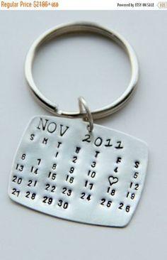 Geschenk für ihn:: Hochzeit Kalender:: Kalender Schlüsselanhänger    WICHTIG: Dies ist ein lite Gewicht STERLING Silber Stück. Möchten Sie etwas schwerer in Pfund Sterling wird der Preis viel mehr sein. Dies ist kein Aluminium oder Nickel, es ist ein hochwertiges Metall, die es nicht schwer und unhandlich sein soll! Wenn Sie etwas schwerer möchten kontaktieren Sie uns   Dies ist ein STERLING Silber, eine schöne lite Gewicht messen, dass ich mit jedem Monat Ihrer Wahl und dann ein Herz…
