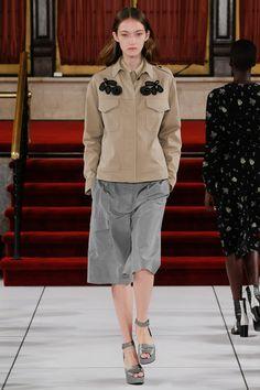 Creatures of the Wind Spring 2017 Ready-to-Wear Fashion Show - Kasia Jujeczka Jacket Design Ny Fashion Week, Fashion 2017, Spring Fashion, Fashion Show, Fashion Blogs, Diy Fashion, Fashion Trends, Military Style Coats, Khaki Coat