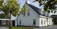 Woonhuis familie Hasselaar - Z-wonen White Brick Houses, Family House Plans, Bungalow, Building A House, Garage Doors, Mansions, House Styles, Nice, Outdoor Decor