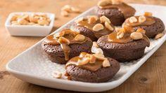 Mini Brownies mit Erdnüssen und Karamell | Ein Backrezept für Mini Brownies getoppt mit Erdnüssen und Karamell. Die Mini Brownies sind handlich wie Kekse und backen ganz einfach in der Muffinform.
